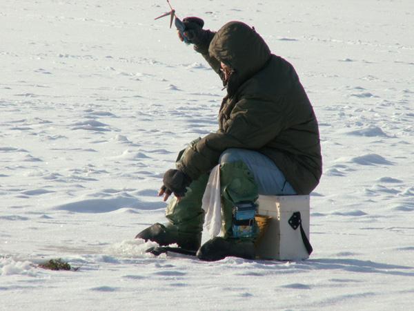 Горе-рыбак провел в воде 30 минут