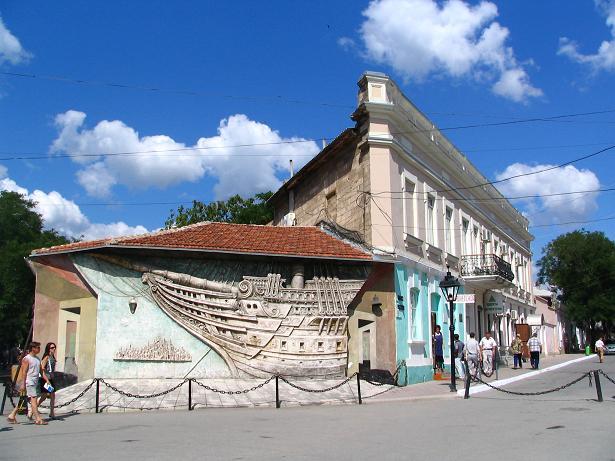 Феодосия - древний город, который притягивает ежегодно миллионы туристов. Одни приезжают сюда однажды, другие уже не первый раз.