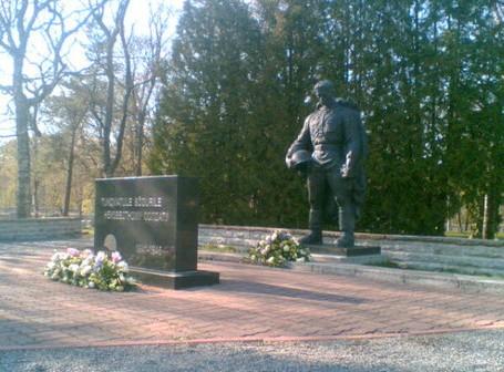 Бронзовый солдат на военном кладбище []