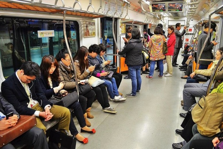 volosatikami-pristal-k-amerikanskoy-krasotke-v-yaponskom-metro-porno-ofitsiantku